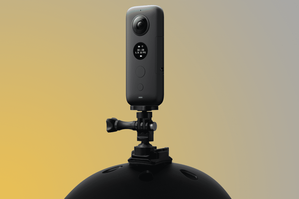 insta360 one x action camera op helm gemonteerd